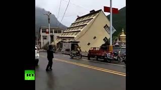 Sốc: tòa nhà 5 tầng Trung Quốc sụp đổ, trôi lềnh bềnh trên sông