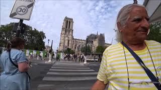 122. Собор Парижской Богоматери. Продажа магнитиков, картин и сувениров.