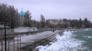 20.12.2012 ураган в Евпатории Крым шторм на море видео(http://gezlev.com.ua/, 2012-12-20T17:12:41.000Z)
