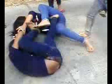 ngọc trâm+ánh nguyệt........nữ sinh trường THCSTTH B.........đánh lộn giửa đường phố....ko ai can