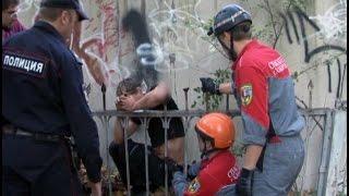Пьяный хабаровчанин упал с гаража и насадил руку на забор. MestoproTV(, 2014-08-29T03:48:57.000Z)