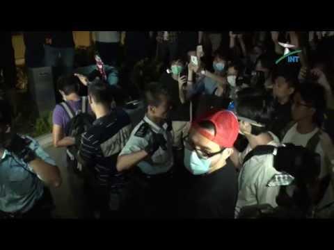 2014.10.16 - 《佔領香港》 (01:39) 添馬艦龍和道再爆衝突 警方施放胡椒噴霧 二人被捕 (足本)