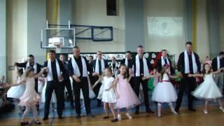 Taniec tatusiów z córeczkami w Szkole Podstawowej nr 5 w Dębicy
