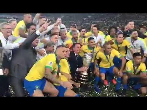 """Jogadores da seleção brasileira gritam """"mito"""" para Bolsonaro"""