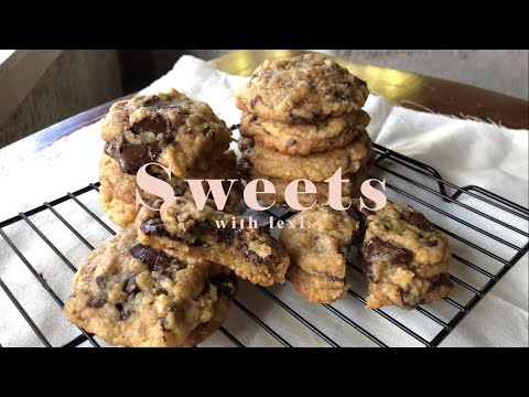 chocolate-chip-cookies-  -sweets-with-lexi