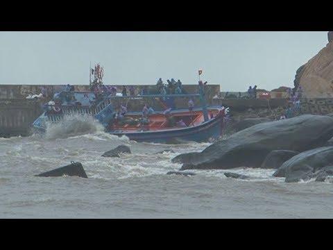 Xót ruột cảnh tàu cá tiền tỉ văng vào kè đá, ngư dân mất tích