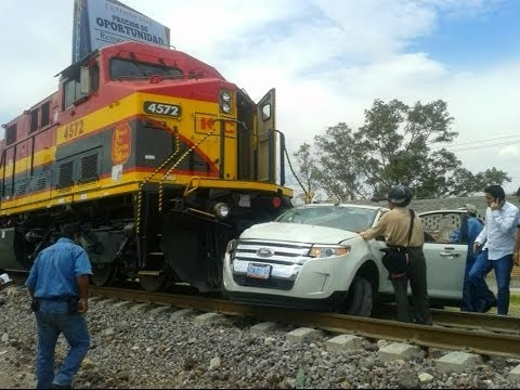 Train hits a car caught on video!!! MUST SEE!!!! Salamanca mexico