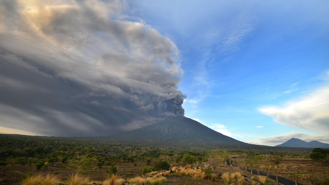 Timelapse Shows Bali Volcano Mount Agung Spewing Ash After Minor