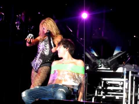 Free download Mp3 lagu Ke$ha - Grow A Pear (with a boy from the audience!) di ZingLagu.Com