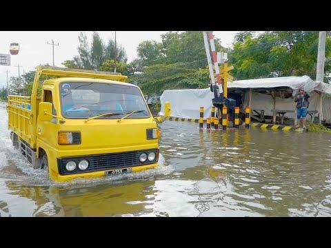 Terendam Banjir Perlintasan Kereta Api Kaligawe Semarang