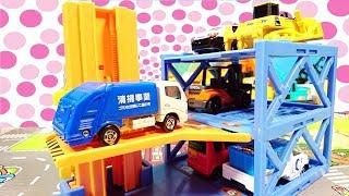 はたらくくるまのみんなが立体駐車場でお休みするよ♪ パトカー ごみ収集車 フォークリフト トミカタウン おもちゃ アニメ 幼児 子供向け動画 乗り物 のりもの TOMICA TOY KIDS Vehi thumbnail