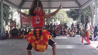 Eyang Djodrono bersama Reog Surabaya HIPREJS dalam acara tampilan rutin Taman Wonorejo