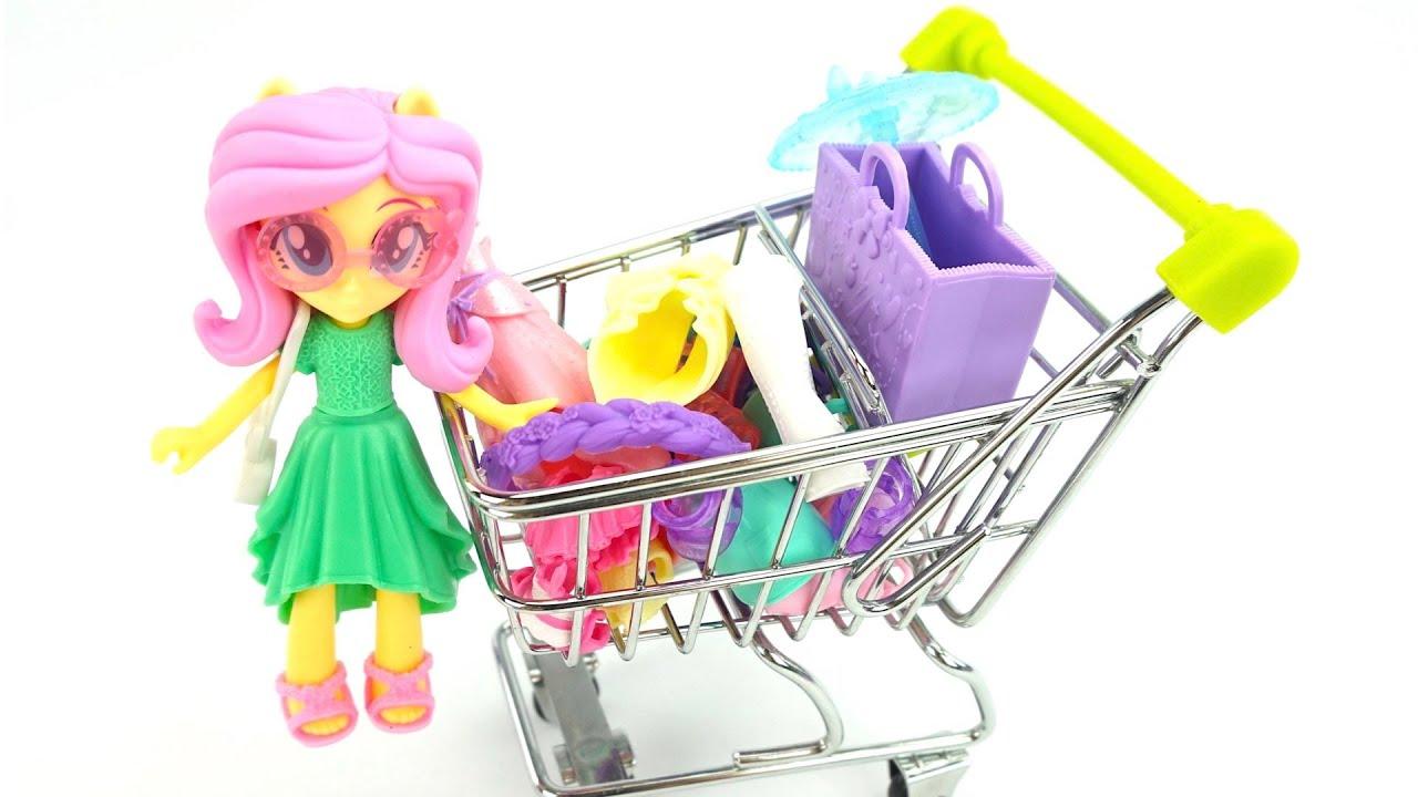 Куклы покупают и примеряют новые наряды