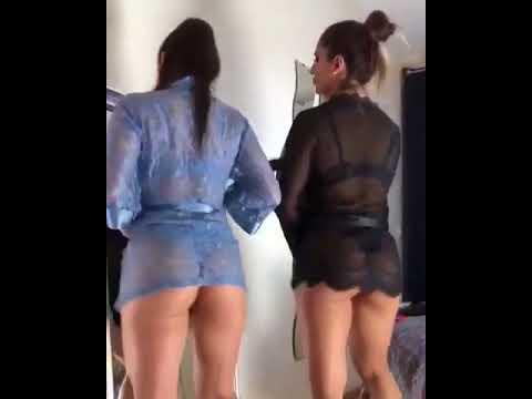 Две девушки танцуют перед зеркалом