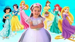 Арина как принцесса собирается на бал