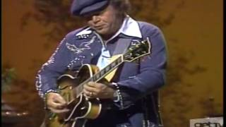 "Roy Clark Shows How A ""Good Ol"