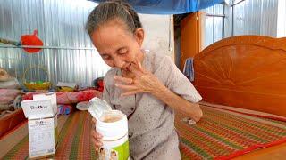 Phản ứng bất ngờ của bà cụ khi Tâm Ròm tặng cho bà hộp ngũ cốc dinh dưỡng