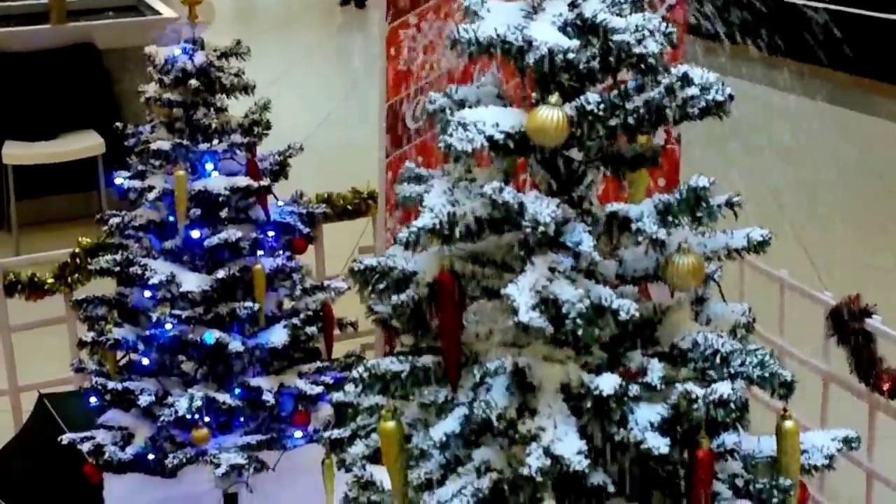 Schneiender Weihnachtsbaum.Schneiender Weihnachtsbaum Schneefall śniegowa Choinka