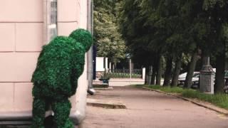 Минские приключения человека-куста: испуганные прохожие и освежающий фонтан