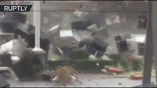 Мощный порыв ветра сдул уличное кафе в Румынии