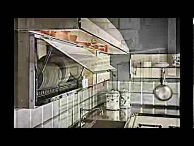 Landhausküche in Beige   Rattan Körbe an den Regalen