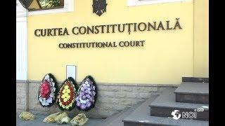 Un grup de protestatari au adus coroane de flori în fața Curții Constituționale