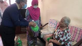 NS芙蓉:大臣夫人拜访赤贫组屋,与视障老妪逗趣互动,一展亲民作风