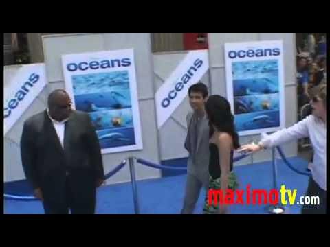 OCEANS Premiere Demi Lovato, Jonas Brothers, Pierce Brosnan