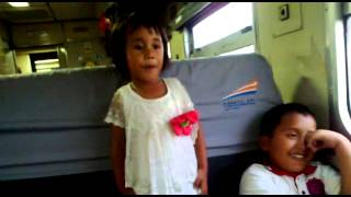Deni. balita menyanyi di dalam kereta