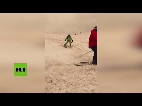 Rusia: Una nevada amarilla sorprende a todos en Sochi watch video