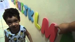 Criança com 2 anos e o alfabeto completo.
