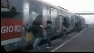 Как рисуют Граффити в Германии(Граффитёры остановили поезд и полностью его обрисовали. После завершения своего творчества) они скрылись..., 2010-12-28T16:08:22.000Z)