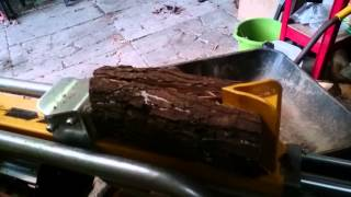 Slow motion log splitter