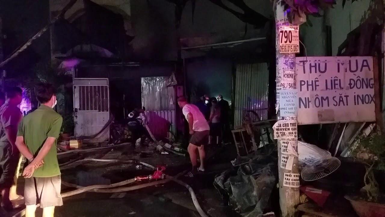 TP.HCM: Cháy vựa phế liệu cả khu dân cư hoảng loạn
