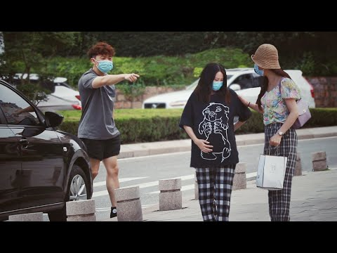 Pregnant Woman Is Kicked out of the Car | Social Experiment 街头目睹孕妇被丈夫赶下车,路人怒斥:你这样会家破人亡的!(社会实验)