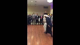 عندما يرقص الأب والأبن فما على الحضور الا المشاهدة بهدوء ( رقصة يمنيه في امريكا )