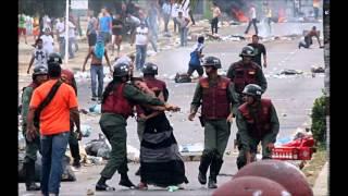 Imágenes de represión en Valencia: Guardia nacional pega con fusiles y golpea a mujer con un casco