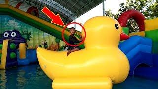 Keseruan Qyla & Fais Bermain Air, Mainan Anak Kecil - Water Slide WaterPark Gofun | Oklik HAI TAYO