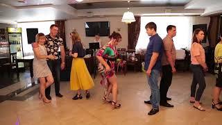 Свадебный конкурс. Повторить танцевальное движение.