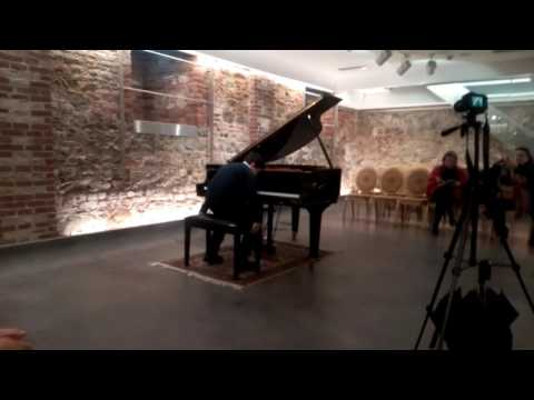 Little prelude J.S.Bach BWV 937. Gold medal goes to Hercules.