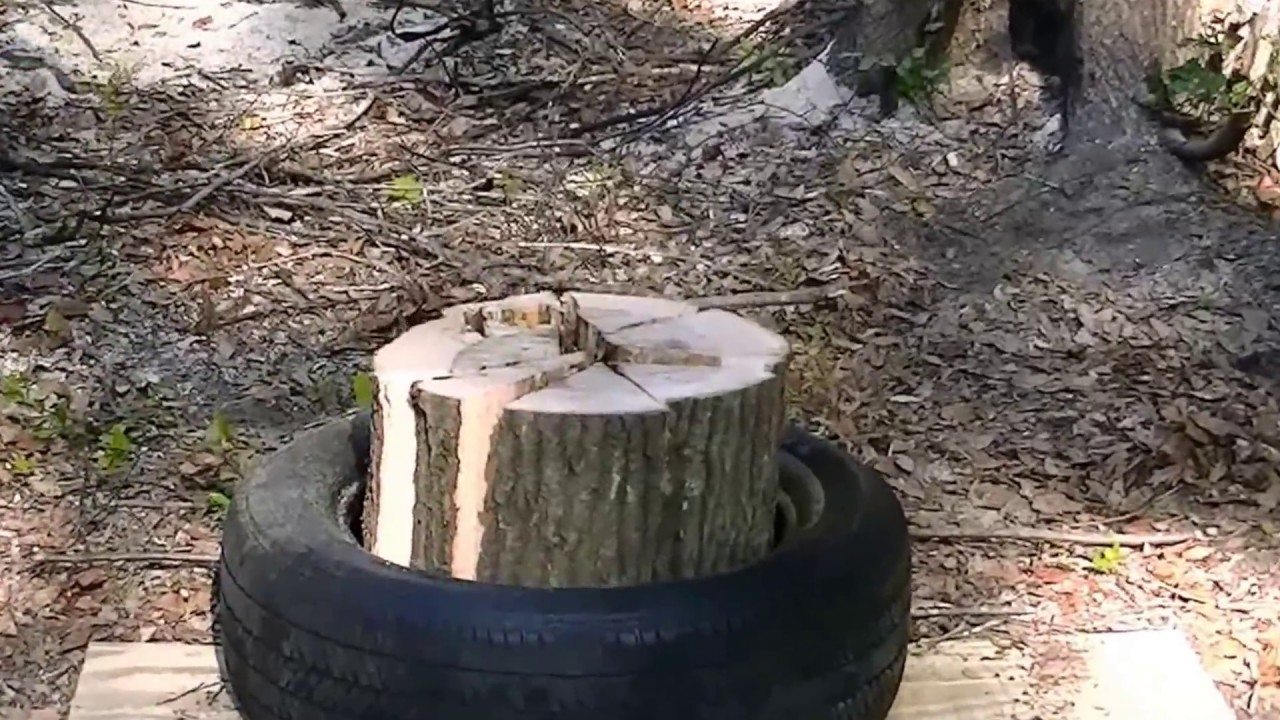 Splitting wood with a tire? This trick saves a lot of work ...