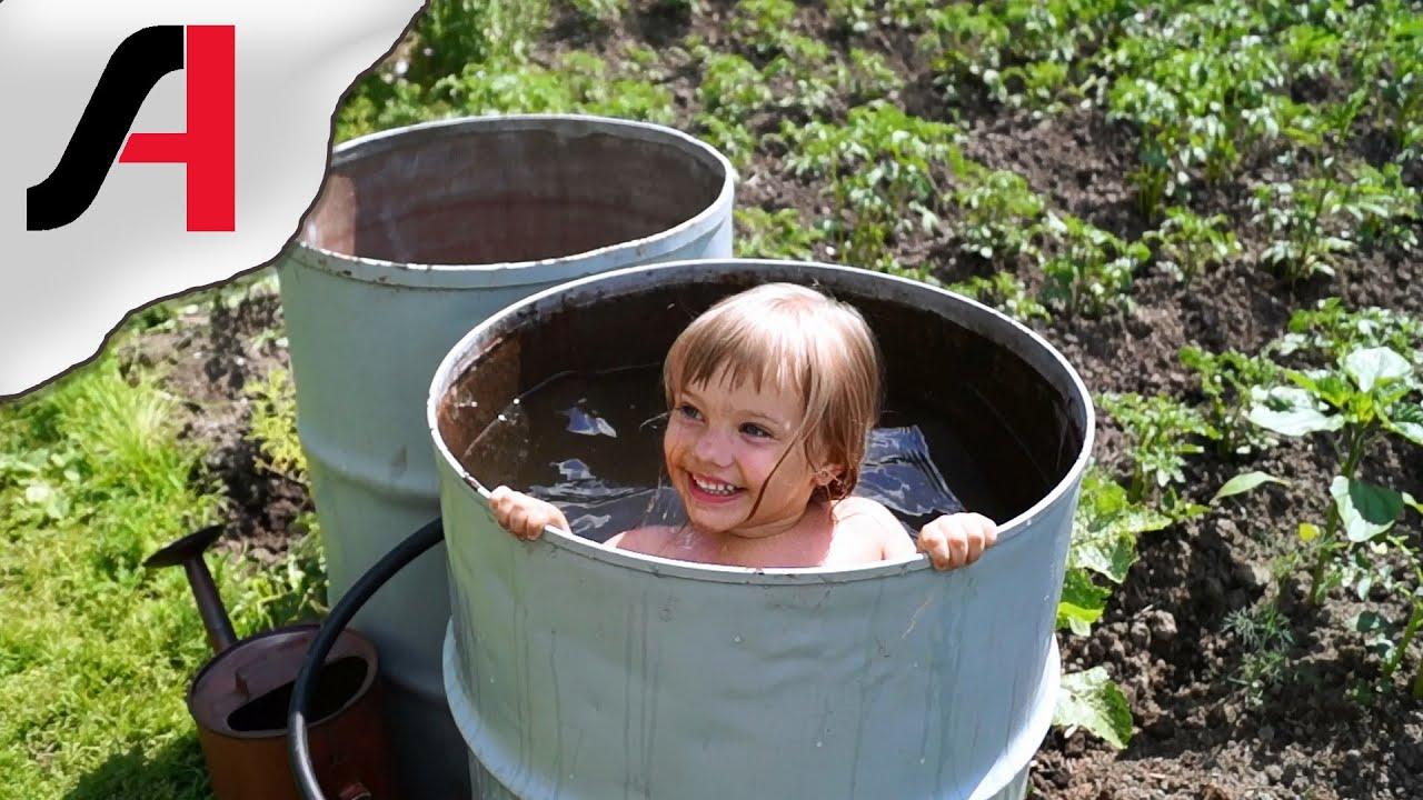 Купание детей на даче. Купание ребенка в бочке. Детское купание.