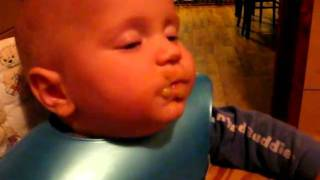 funny baby eating     Elian - bebe mancacios