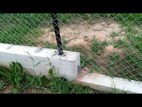 Как сделать забор из сетки рабицы на участке с уклоном