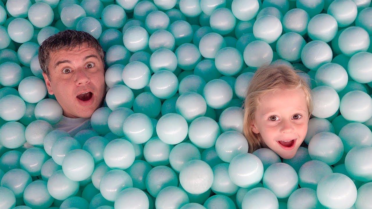 Настя и папа веселятся в музее игрушек - YouTube