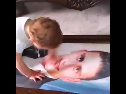 Малыш плачет обнимая фотографию отца