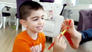 Ayak Boyama Şakasi Atlas Annesine Ayak Boyama Şakası Yapti Oyun Tv