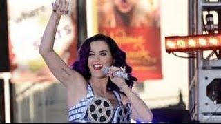 Katy Perry Greets Her Fans Waiting For Her In The Cold With A Smile