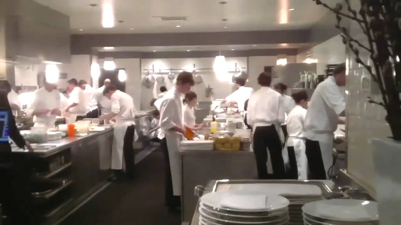 Cocina restaurante alinea en chicago youtube for Cocina restaurante