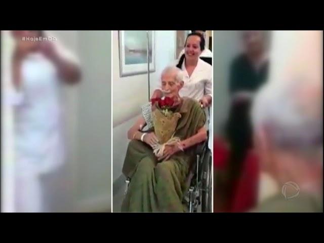 Idoso faz homenagem emocionante para a esposa em hospital